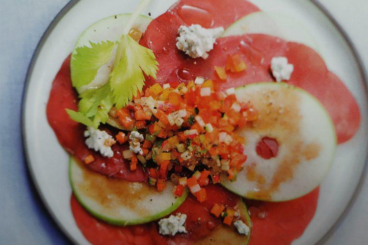 La bresaola est riche en protéines, qui contribuent au sentiment de satiété et la pomme est un fruit coupe faim naturel