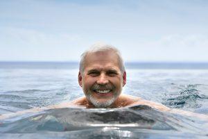 pratique de la natation et des sports immergés chez les personnes de plus de cinquante ans. Bien vieillir, seniors en forme.