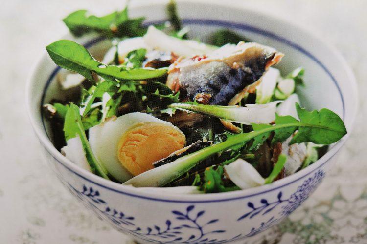 salade de pissenlit aux maquereaux : efficace pour soulager les troubles digestifs en activant la sécrétion de bile. Apport de vitamines C et C et de calcium.