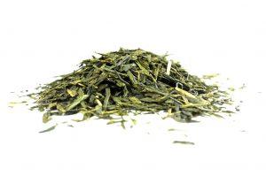 Le thé vert contient des alcaloïdes (caféine, théobromine, théophylline), qui ont des effets diurétiques. Il est également riche en polyphénols, notamment en épigallocatéchine gallate, qui favorise le brûlage des graisses par l'organisme. Son efficacité est prouvée à partir de 3 tasses par jour.