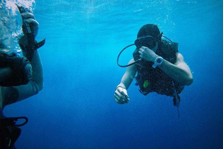 plongée sous-marine et personnes âgées : interdiction, autorisation, conseils et risques.
