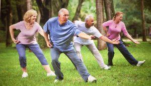 seniors pratiquant le tai chi, pratique de méditation en mouvement