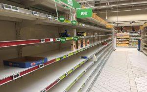 période du covid19 et du confinement, rupture de stock dans les magasin alimentaire, angoisse des seniors de plus de 50 ans